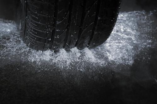 8 tips for truckers driving on wet roads
